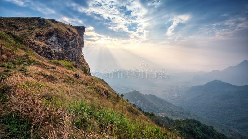 Sikten av den Phu Chifa i morgonen med den härliga solen rays över t arkivbilder