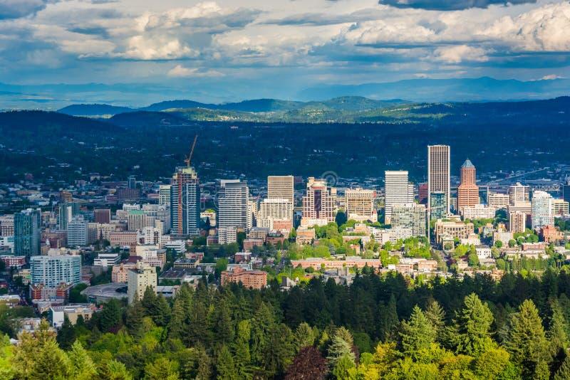 Sikten av den Portland horisonten från Pittock tunnländer parkerar, i Portlan royaltyfri foto