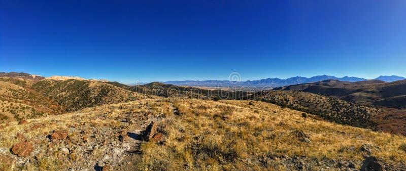 Sikten av den Salt Lake dalen och den Wasatch framdelen deserterar berg i Autumn Fall som fotvandrar Rose Canyon Yellow Fork som  royaltyfria foton
