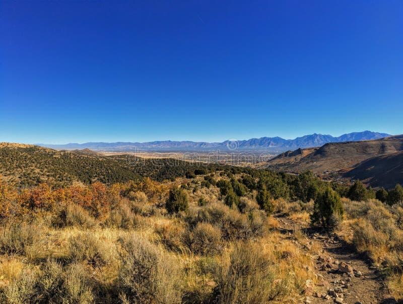Sikten av den Salt Lake dalen och den Wasatch framdelen deserterar berg i Autumn Fall som fotvandrar Rose Canyon Yellow Fork som  royaltyfria bilder