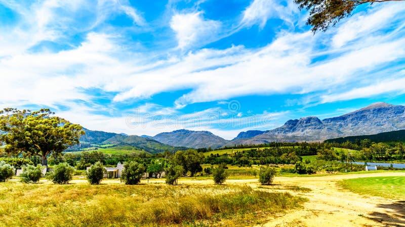 Sikten av den Slanghoekberge bergskedjan, som det Bainskloof passerandet kör längs mellan städerna, Ceres och gummistöveln royaltyfri fotografi