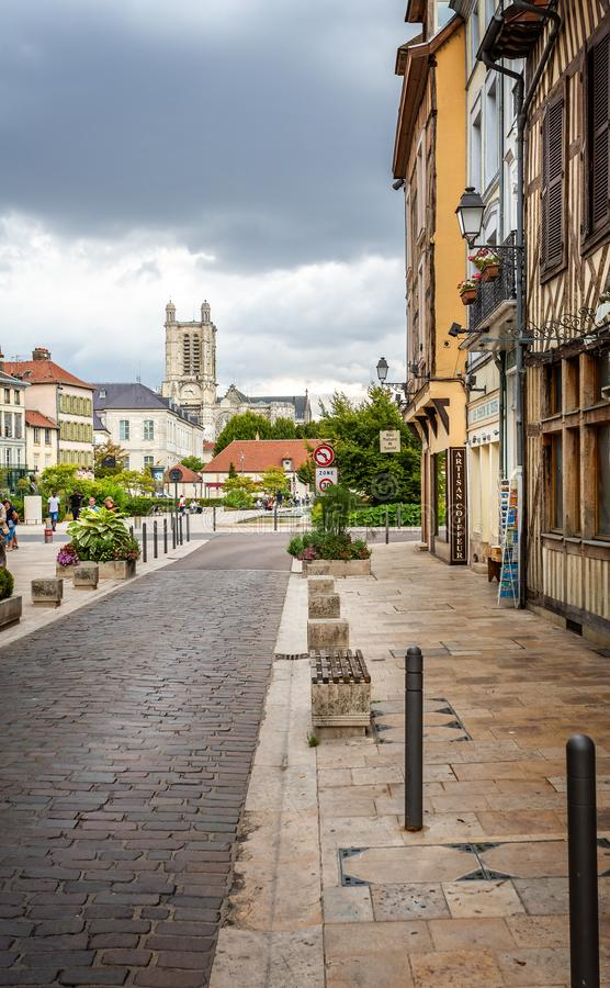 Sikten av den Troyes domkyrkan från historisk medeltida mitt av Troyes med halva timrade byggnader royaltyfri fotografi