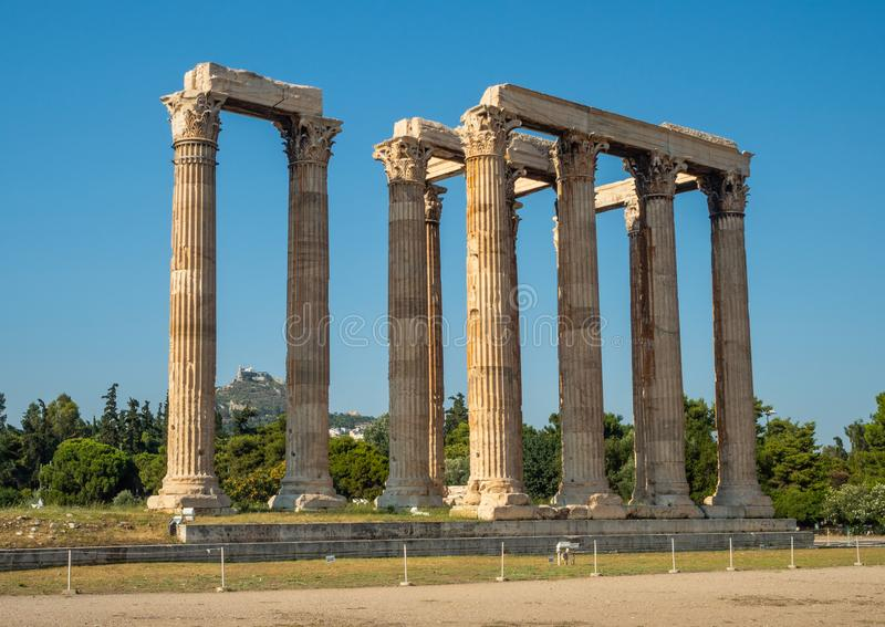 Sikten av det forntida f?rd?rvar och kolonnaden av Zeus Olympic Temple i Aten, Grekland royaltyfri foto
