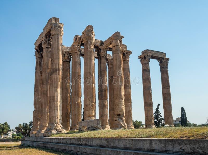 Sikten av det forntida f?rd?rvar och kolonnaden av Zeus Olympic Temple i Aten, Grekland arkivfoto