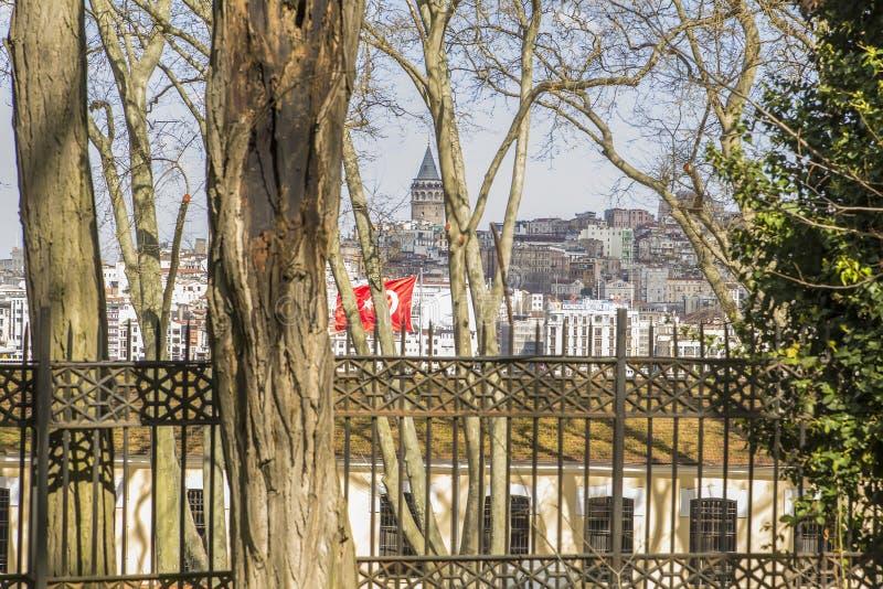 Sikten av det Galata tornet och Karakoy av Gulhanen parkerar i Istanbul royaltyfria bilder
