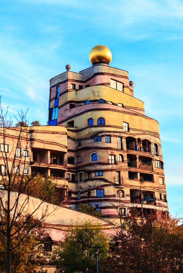 Sikten av det Hundertwasser huset i Darmstadt, Tyskland arkivbilder