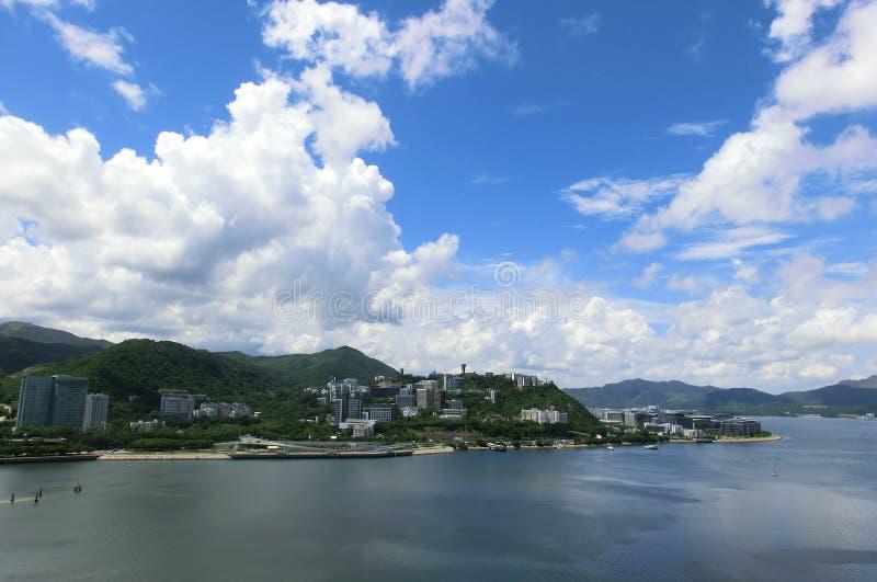 Sikten av det kinesiska universitetet av Hong Kong från mor på Shan royaltyfri bild