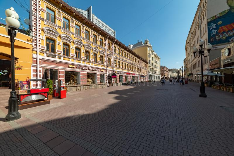Sikten av det lönande huset Orlov, Arbat är en av de äldsta gatorna i Moskva arkivfoton