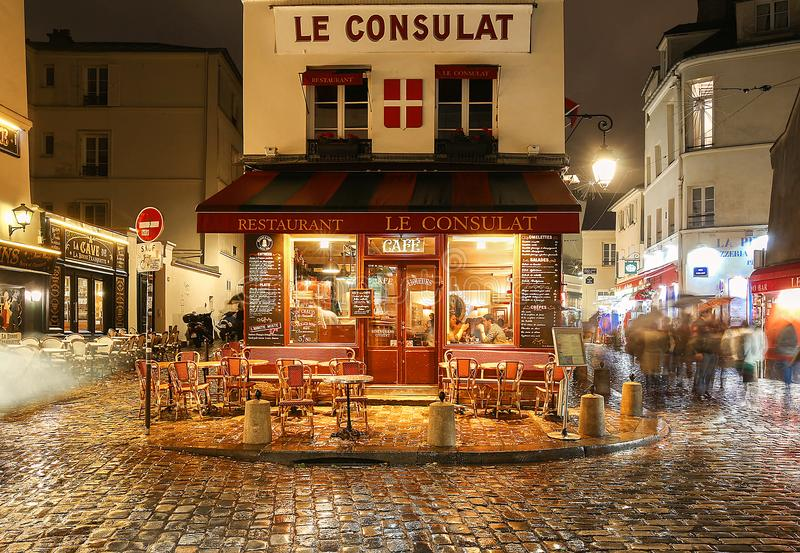Sikten av det typiska paris kafét Consulat i Paris, Montmartre område, Frankrike royaltyfria foton