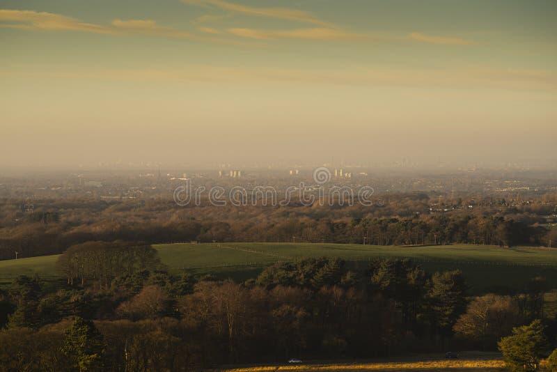 Sikten av Disleyen och Manchester från Lyme parkerar, den Stockport Cheshire England vinterdagen arkivfoton