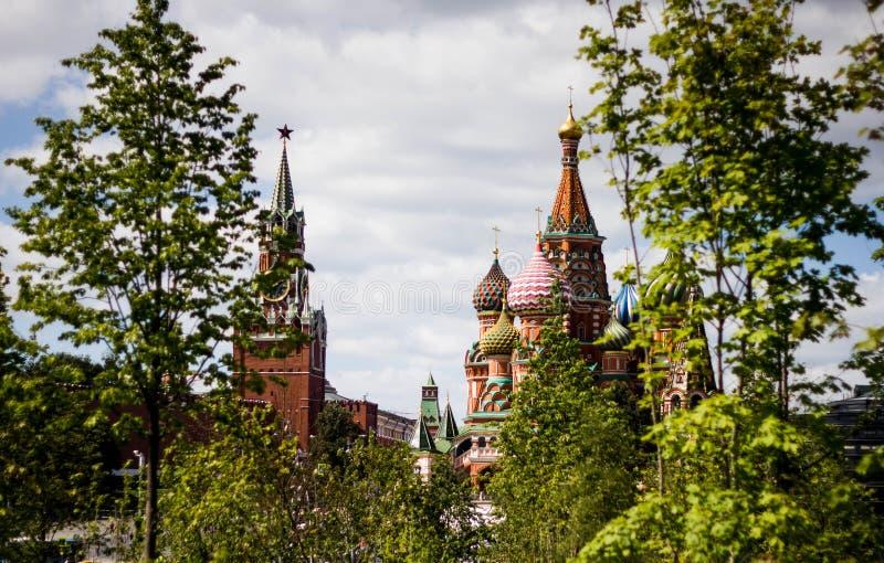 Sikten av domkyrkan för röd fyrkant och St-basilikas i sommar, Moskva, Ryssland Sikt av den historiska Moskva arkivbild