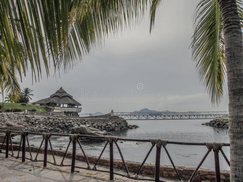 Sikten av en fjärd med en terrass vaggar på en bro med havet i bakgrunden fotografering för bildbyråer