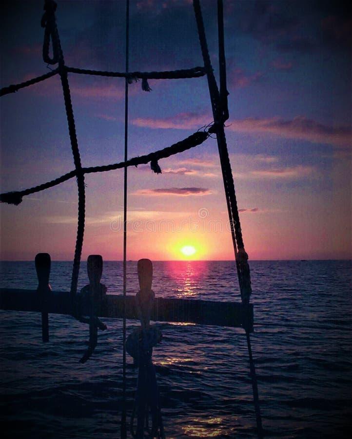 Sikten av en sol ställde in från seglar fartyget i golfen av Mexico arkivfoton
