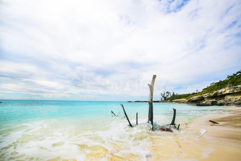 Sikten av en strand på den obebodda öhalvmånecayen (lodisarna royaltyfria foton