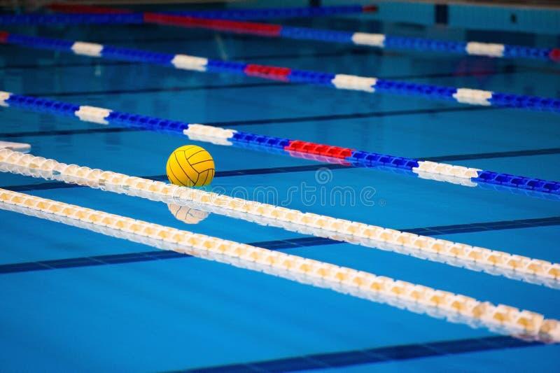 Sikten av en tom offentlig simbassäng inomhus royaltyfria foton