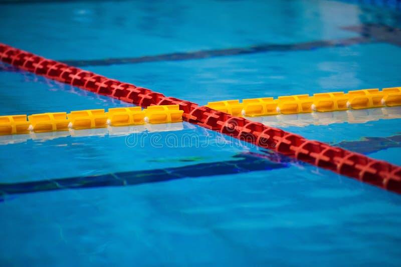 Sikten av en tom offentlig simbassäng inomhus royaltyfri bild