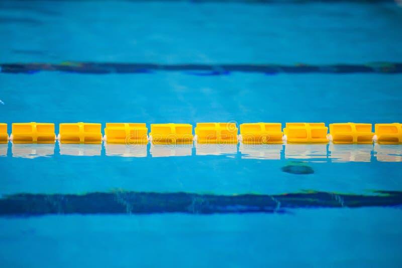 Sikten av en tom offentlig simbassäng inomhus royaltyfri fotografi