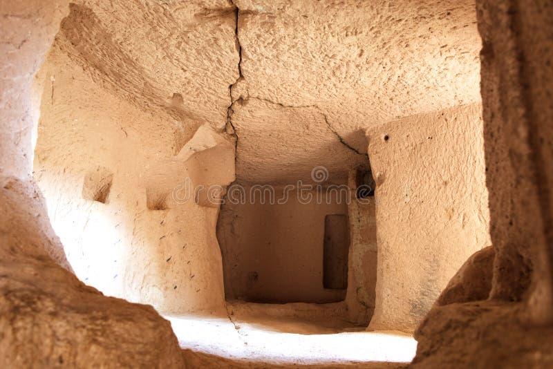 Sikten av fördärvar av forntida bosatta fjärdedelar i grottagrottorna av gamla sandstenar i dalarna av Cappadocia royaltyfri fotografi