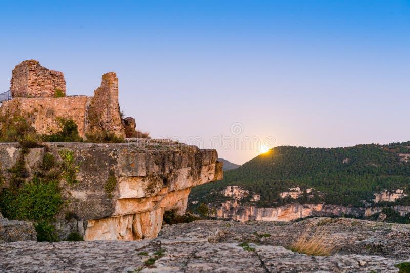 Sikten av fördärvar av slotten av Siuran, Tarragona, Catalunya, Spanien Kopiera utrymme för text fotografering för bildbyråer