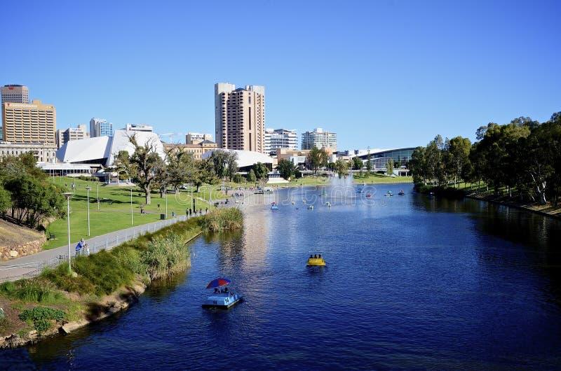 Sikten av fläderna parkerar i den Adelaide och Torrens floden arkivfoton
