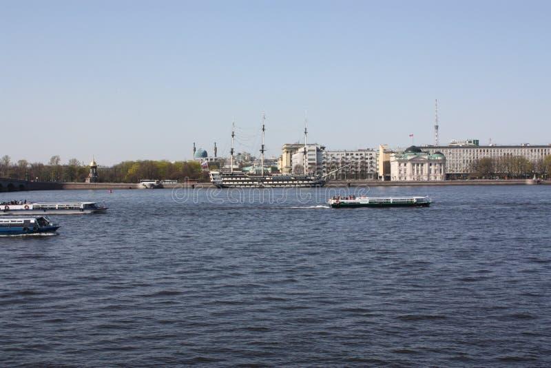 Sikten av floden, bron och fartygen royaltyfri fotografi