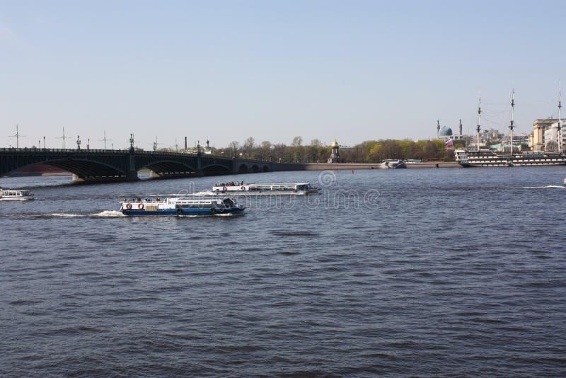 Sikten av floden, bron och fartygen fotografering för bildbyråer