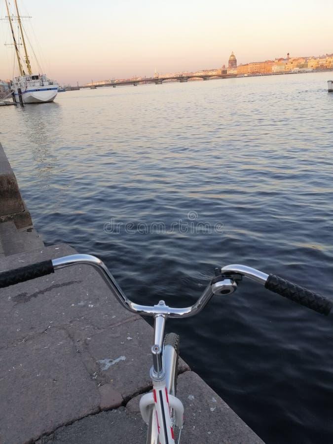 Sikten av floden och en segelbåt arkivfoto