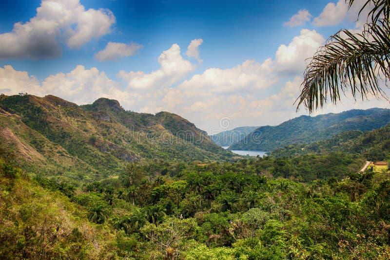 Sikten av floden och vattenfall El Nicho och träd och berg i Kuba arkivbild