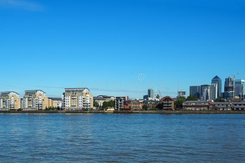 Sikten av flodThemsen och Canary Wharf i London, UK som ses från Greenwich royaltyfri bild