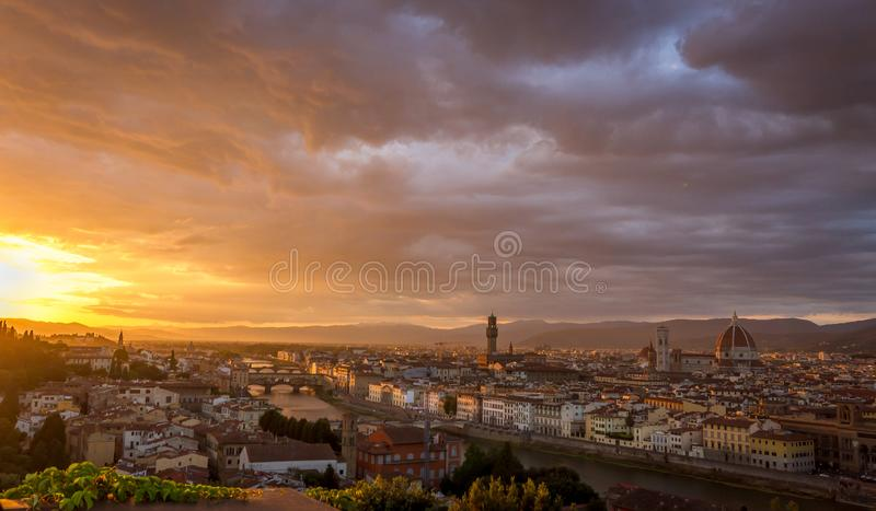 Sikten av Florence, Italien från Piazzalen Michelangelo på solnedgången royaltyfri fotografi