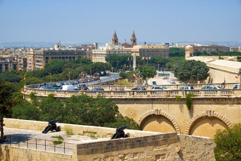 Sikten av Floriana från de övreBarrakka trädgårdarna i Valletta royaltyfri bild