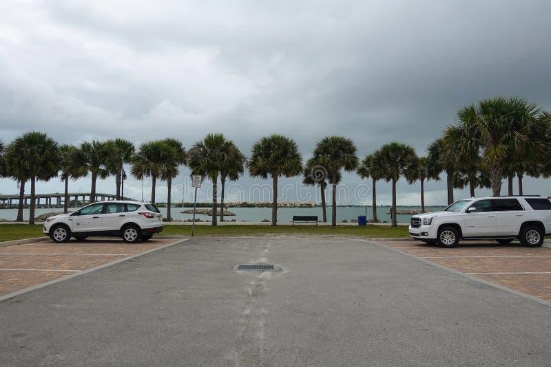 Sikten av Fort Pierce, den Florida palmträdet fodrade den intracoastal vattenvägen arkivbilder