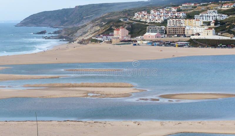 Sikten av Foz gör den Arelho stranden arkivbild