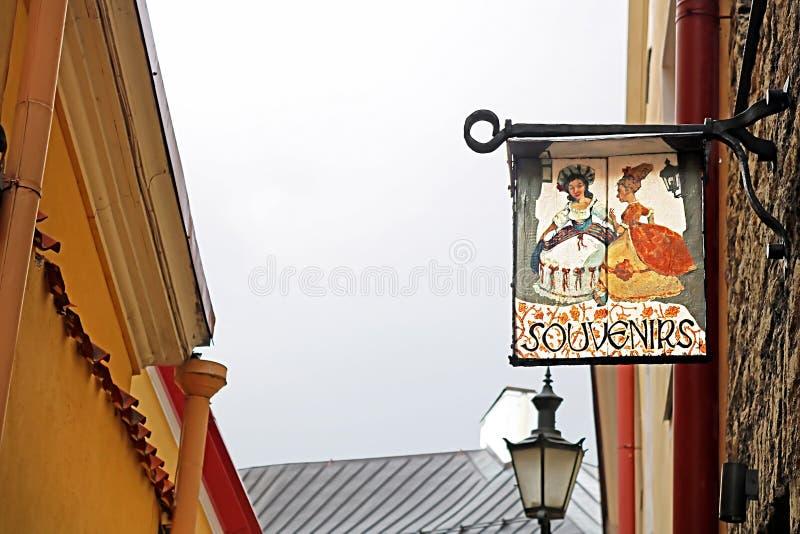 Sikten av gamla byggnader och skylten av souvenir shoppar på den Verine gatan, Tallinn, Estland fotografering för bildbyråer