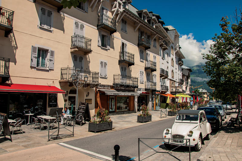Sikten av gatan i centret, med bilen och shoppar i Helgon-Gervais-Les-Bains arkivfoto