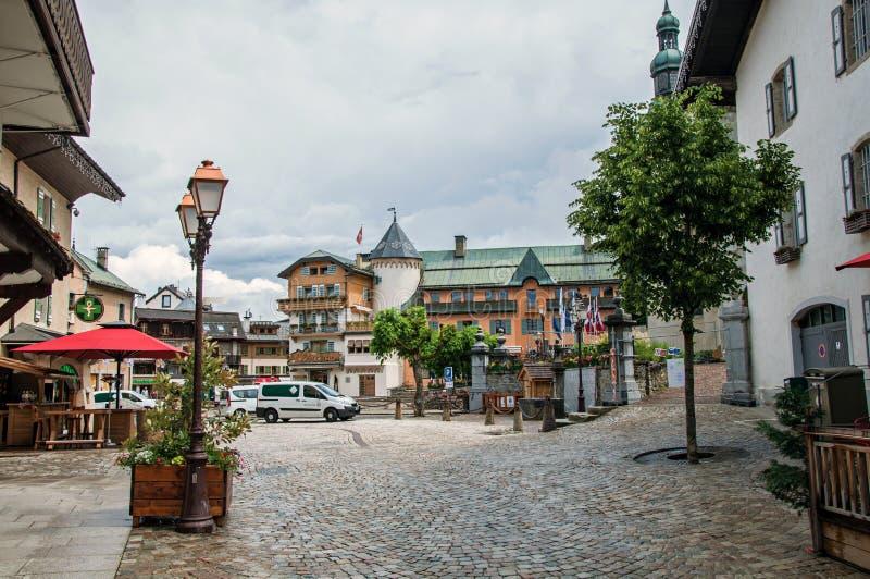 Sikten av gatan i centret, med bilen och shoppar i Megève royaltyfria foton