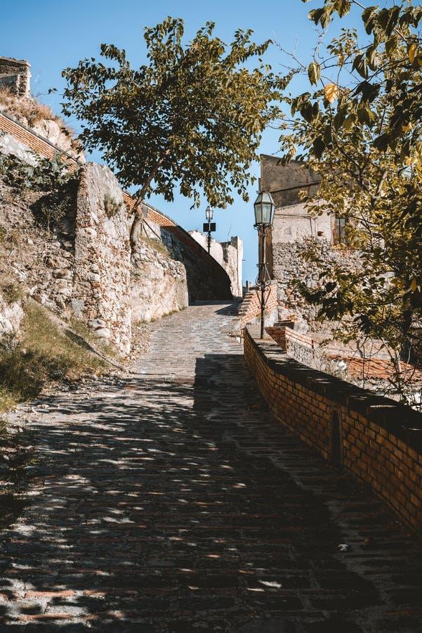 Sikten av gatan i den Savoca byn i Sicilien, Italien arkivfoton