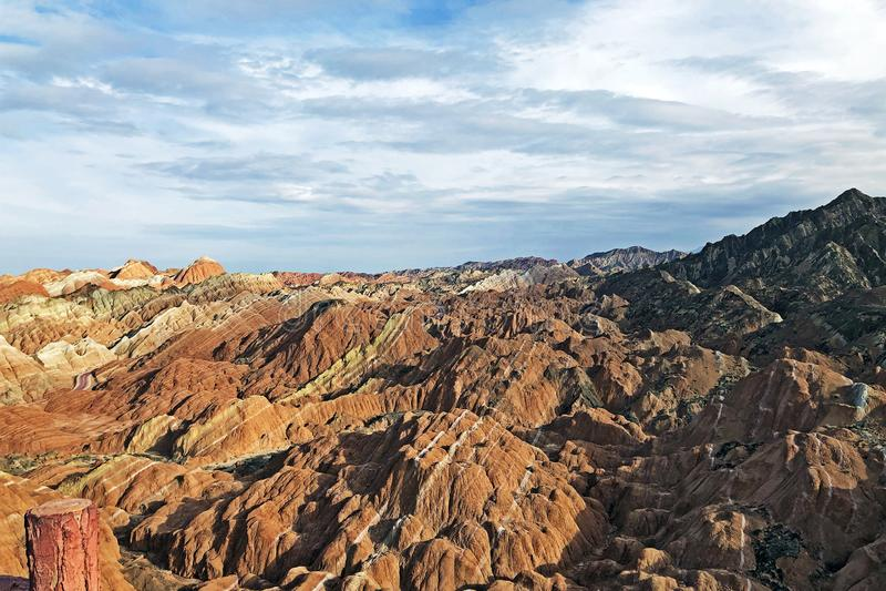 Sikten av geologiska regnbågeberg parkerar Strimmig Zhangye Danxia Landform royaltyfri fotografi
