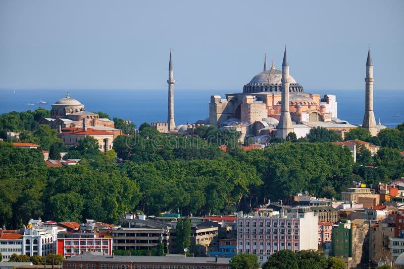 Sikten av Hagia Sophia och Hagia Irene på bakgrunden av det Marmara havet, Istanbul fotografering för bildbyråer