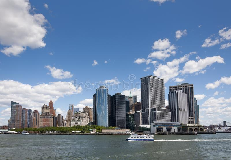Sikten av horisonten av batteriet parkerar område i Manhattan, New York City från Staten Island arkivbild