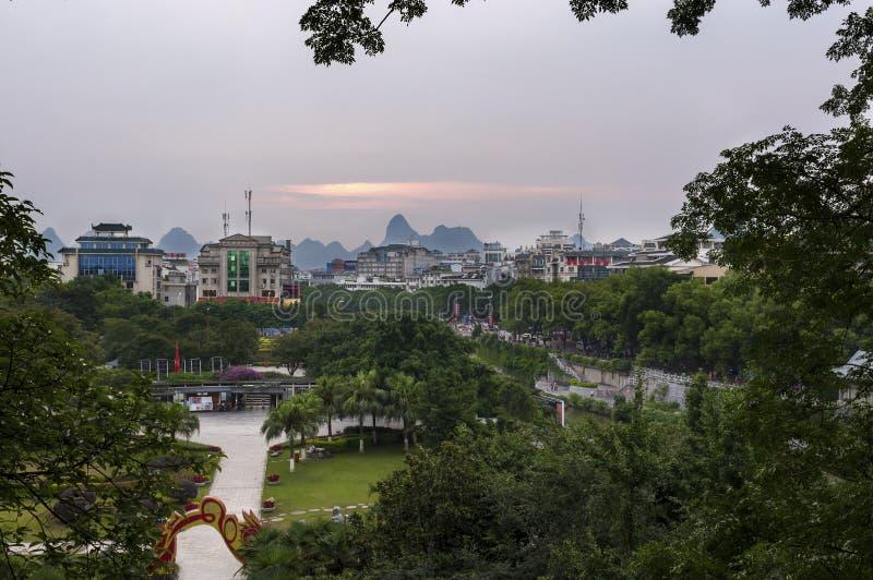 Sikten av horisonten av staden av Guilin med den berömda kalkstenen når en höjdpunkt på bakgrunden på solnedgången, i Kina arkivbild