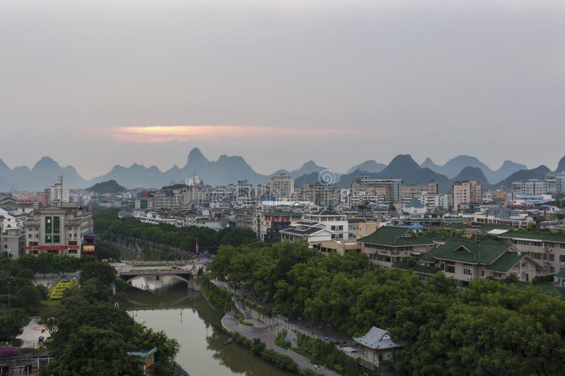Sikten av horisonten av staden av Guilin med den berömda kalkstenen når en höjdpunkt på bakgrunden på solnedgången, i Kina royaltyfria foton