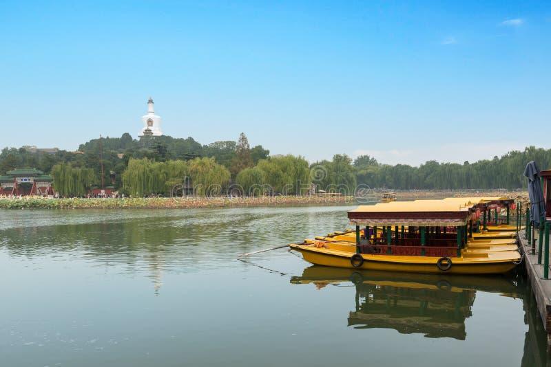Sikten av Jade Island med den vita pagoden i Beihai parkerar på Peking, arkivbild