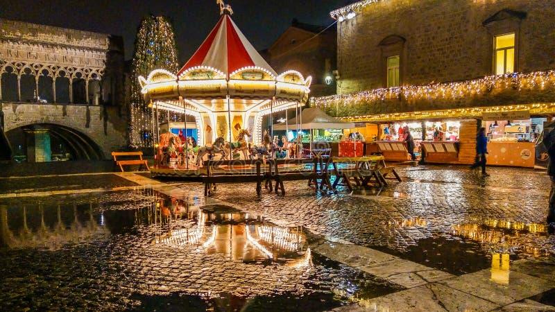 Sikten av jul marknadsför och övervintrar karusell i piazza San Lorenzo av Viterbo fotografering för bildbyråer