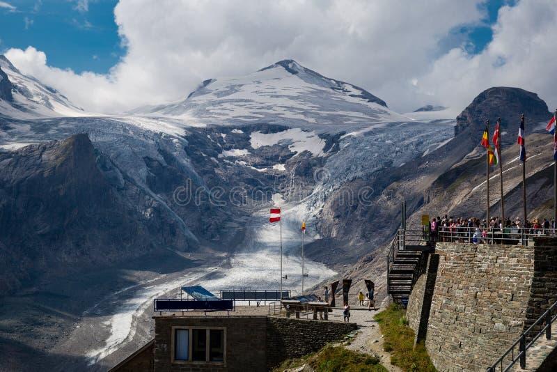 Sikten av Kaiser Franz Josef på glaciären under Grossgloen royaltyfria bilder