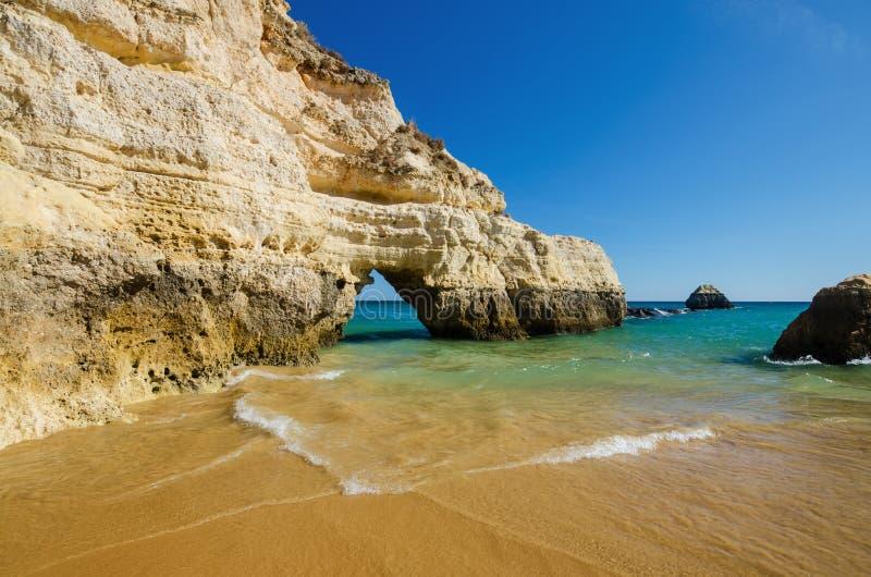 Sikten av kalkstenklippor av de tre slottarna sätter på land i Portimao, området Faro, Algarve, sydliga Portugal arkivbild