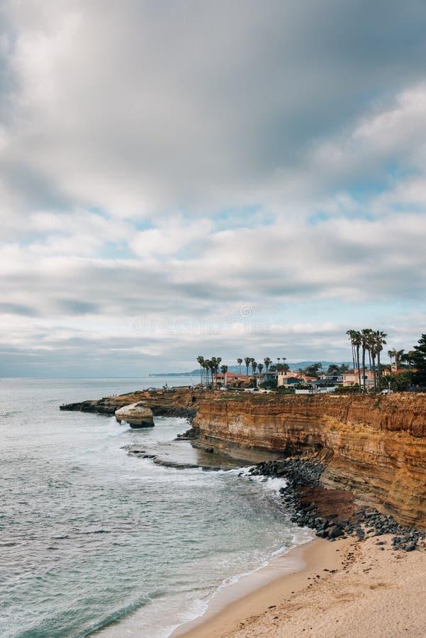 Sikten av klippor och Stilla havet på naturliga solnedgångklippor parkerar, i Point Loma, San Diego, Kalifornien royaltyfria bilder