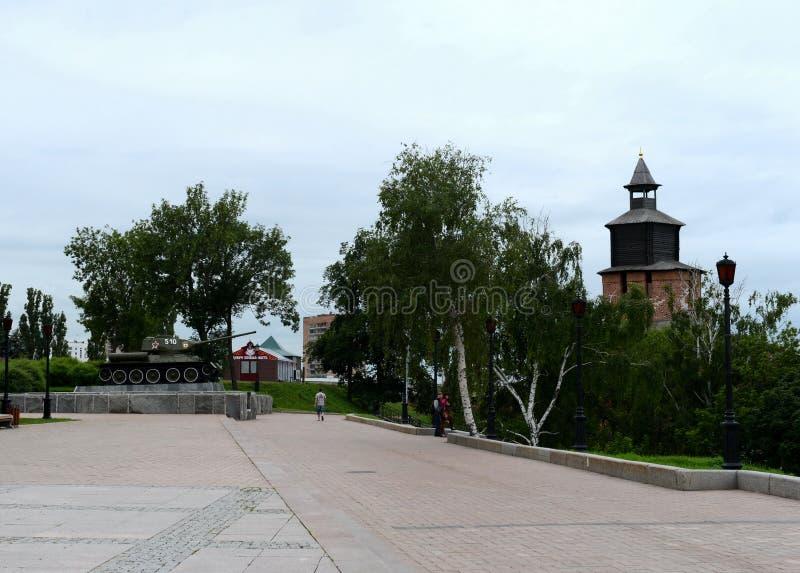 Sikten av klockatornet och en monument till Ten-34 tankar i den Nizhny Novgorod Kreml arkivfoton