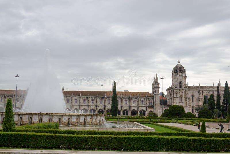Sikten av kyrkan av Santa Maria av den Jeronimos kloster till och med den härliga trädgården på väldefyrkanten, Lissabon Portugal arkivbilder