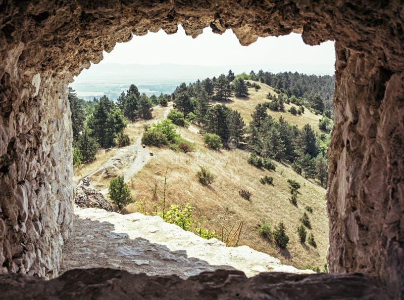 Sikten av landskapet från fördärvar av slotten Cachtice, Slovakien arkivbild
